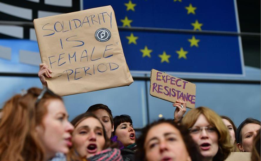 Funcionárias do Parlamento Europeu fazem greve e protesto na entrada principal em Bruxelas