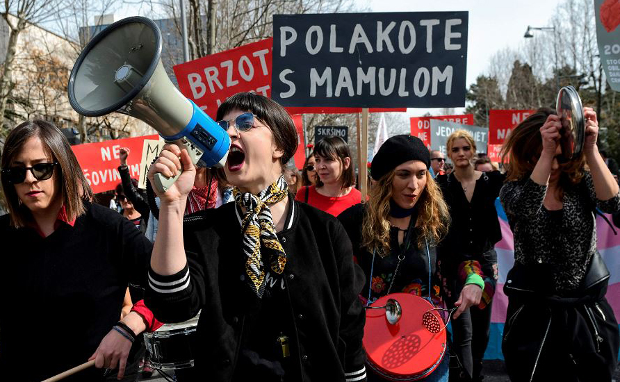Marcha pela igualdade de género e contra a violência sobre as mulheres, marcam o dia internacional da mulher em Podgorica, Montenegro.