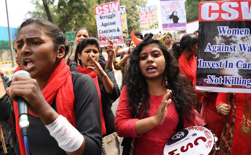 Mulheres indianas protestam contra a violência doméstica, ataques sexuais e discriminação no trabalho em Nova Deli.