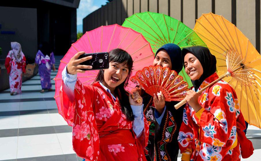 Estudantes da Indonésia fazem selfies de quimono em um evento que marca o oitavo aniversário da catástrofe do tsunami de 2011 que custou milhares de vidas no Japão, no Museu do Tsunami em Banda Aceh.