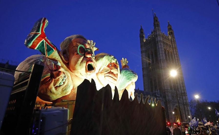 Máscaras de políticos proeminentes do Brexit são colocados nos muros do Parlamento em Londres.