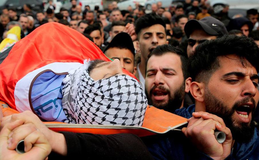 Palestinos carregam o corpo de Mohammed Shaheen em Salfit que morreu baleado pelas forças israelenses na Cisjordânia ocupada por Israel.
