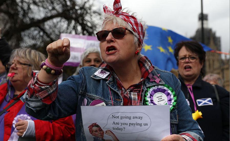 Mulheres protestam contra a desigualdade no cálculo das pensões em frente ao Parlamento, no centro de Londres.
