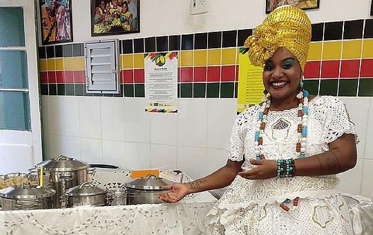 Elaine Michele Assis Cruz é baiana de acarajé e Dinha do Acarajé