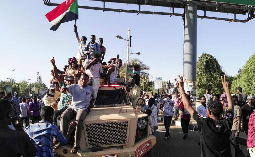 Manifestantes sudaneses exigem a renúncia do Presidente Omar al-Bashir, na capital Khartoum.
