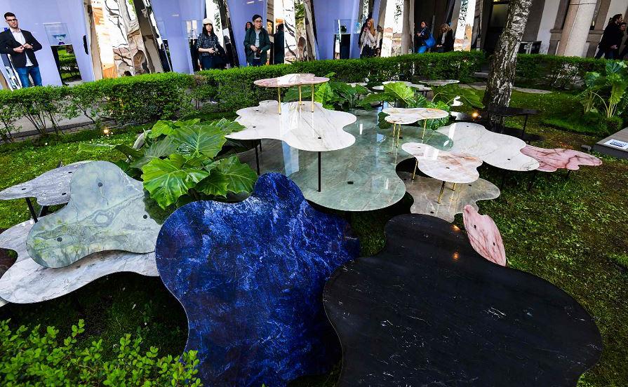 """""""Vista da pedra brasileira"""", uma composição de vários níveis de mesas de café pelo arquiteto brasileiro Vivian Coser exibida na Universidade de Milão durante a semana de design do Fuorisalone 2019."""