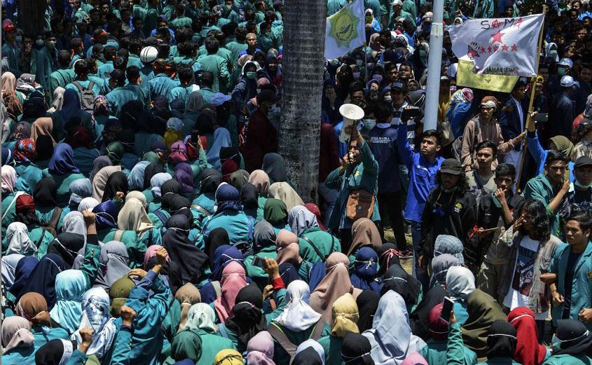 Estudantes indonésios participam de uma manifestação contra a exploração do ecossistema Leuser pelas empresas de mineração em Banda Aceh.