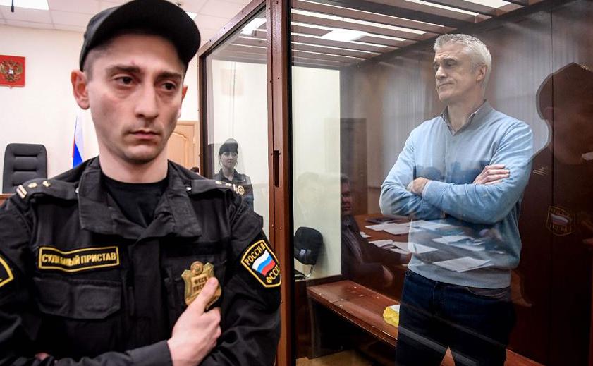 O investidor americano Michael Calvey (D), chefe da empresa de investimento Baring Vostok, detido sob a acusação de fraude participa de audiência do Tribunal de Moscou em Basmanny.