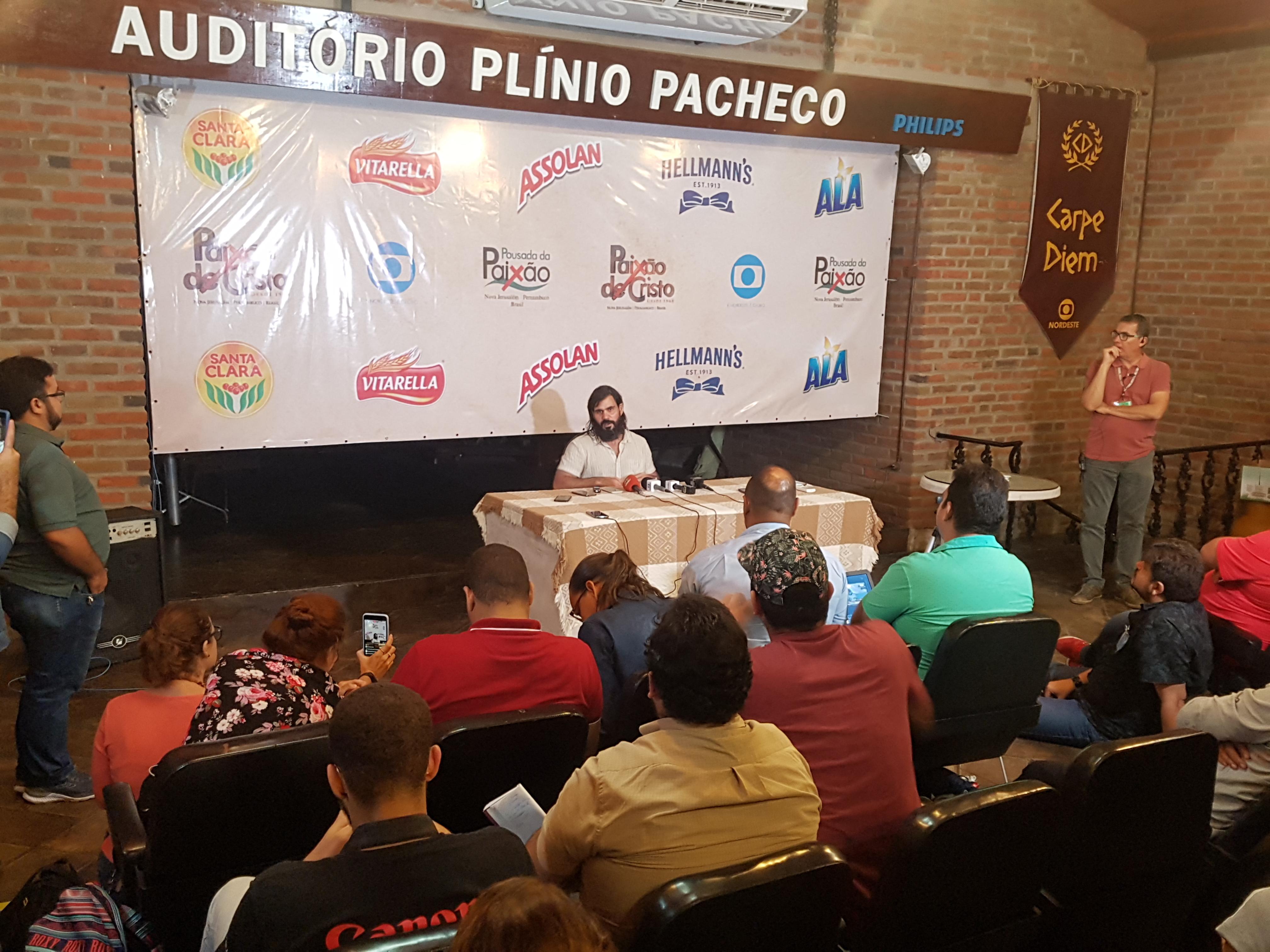 Juliano Cazarré durante coletiva de imprensa