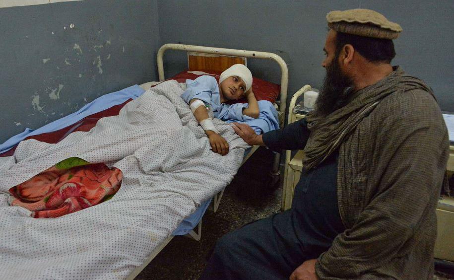 Crianças afegãs feridas recebem tratamentos médicos em um hospital após uma explosão em Mehtar Lam, capital da província de Laghman. Sete crianças foram mortas e 10 ficaram feridas.