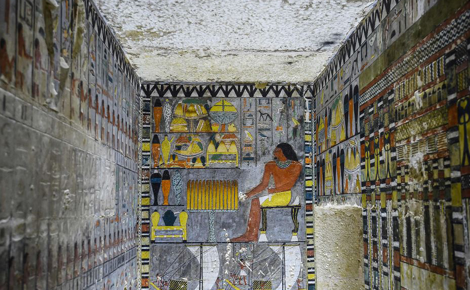 """Túmulo recém-descoberto do nobre egípcio """"Khewi"""", que remonta à quinta dinastia (2494-2345 A.C.), na necrópole de Saqqara, a cerca de 35 quilômetros ao sul da capital, Cairo."""