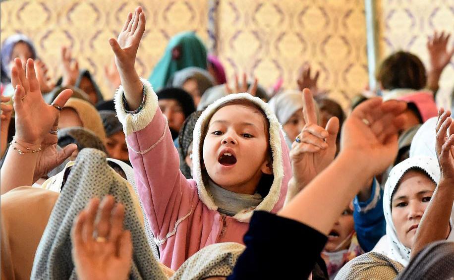 Paquistanesas da minoria xiita Hazara protestam em Quetta após uma explosão que matou 20 pessoas e feriu 48 num Mercado de frutas na cidade.