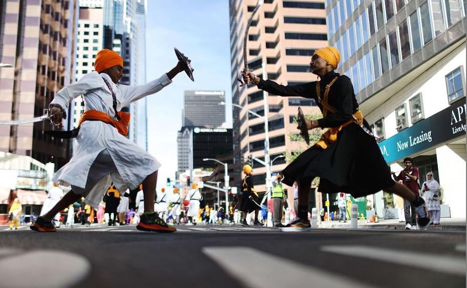 Jovens Sikhs praticantes de artes marciais durante o desfile anual que celebra o Baisakhi, também conhecido como o Vaisakhi,no centro de Los Angeles, Califórnia.