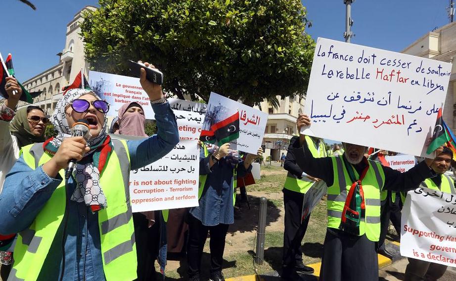 Manifestantes contra a intervenção estrangeira na Líbia, durante um protesto do lado de fora da prefeitura de Trípoli. Pelo menos 147 pessoas foram mortas e 614 feridos na ofensiva lançada em 4 de abril pelo ditador militar Líbio Khalifa Haftar para