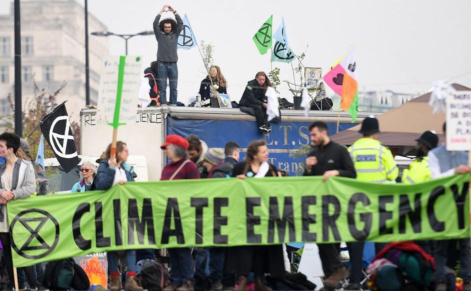 Ativistas ambientais se manifestam pelo segundo dia consecutivo em Londres.