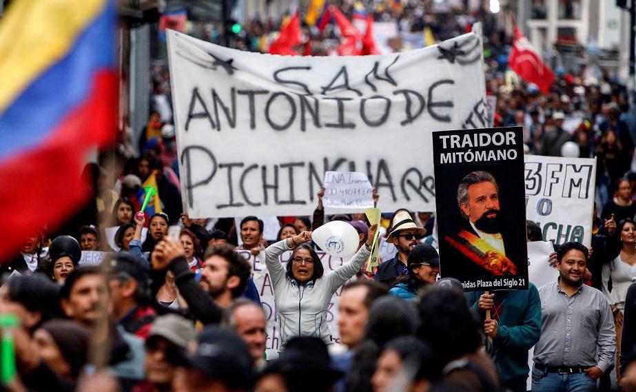 Apoiadores do antigo Presidente (2007-2017) equatoriano Rafael Correa, manifestam-se contra o governo do novo presidente Lenin Moreno que retirou a proteção diplomática de Julian Assange na embaixada londrina.