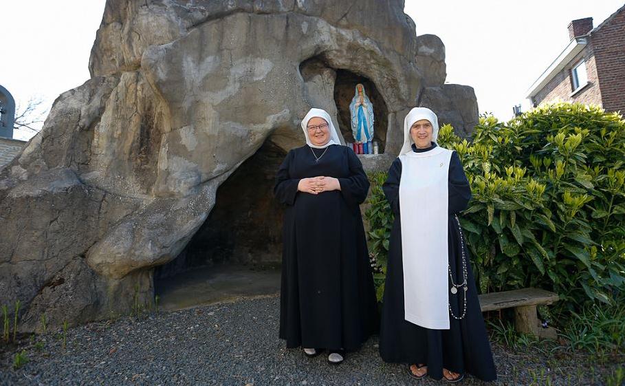 Irmã Marie-Madeleine (30) e a irmã Marie-Angela (60) do Monastério do Santo Sacramento em  Halle. O Vaticano quer fechar a irmandade que conta com apenas três freiras.