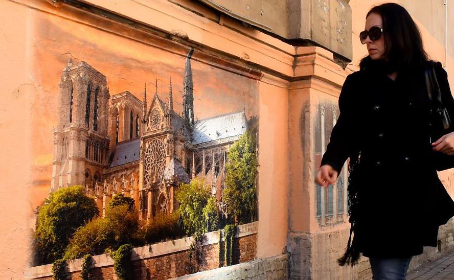 Mural representando a Catedral de Notre-Dame pelo artista de rua Oleg Lukyanov em São Petersburgo.