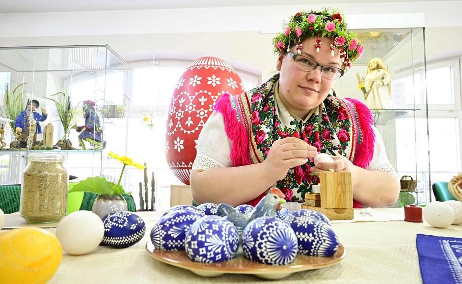 Ovos de páscoa artesanais no centro cultural da aldeia de Schleife.
