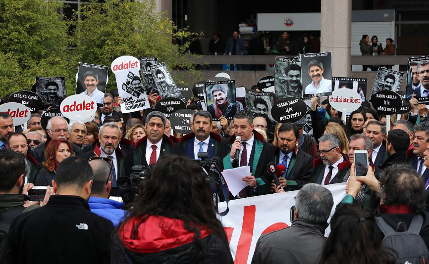 """Advogados se manifestam numa """"vigília pela justiça"""", em frente ao tribunal em Ancara."""
