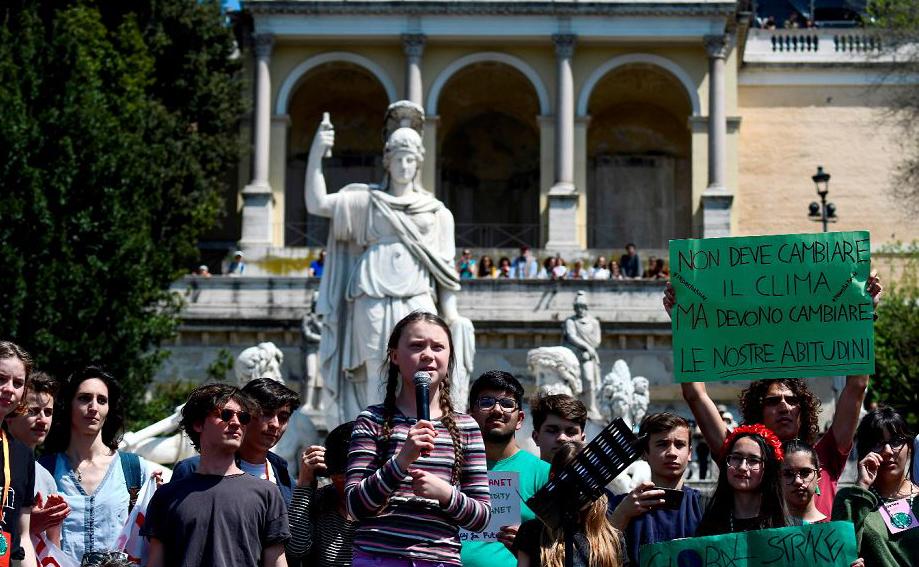 A ativista sueca de 16 anos, Greta Thunberg (C) fala durante a manifestação para o futuro na Piazza del Popolo em Roma.