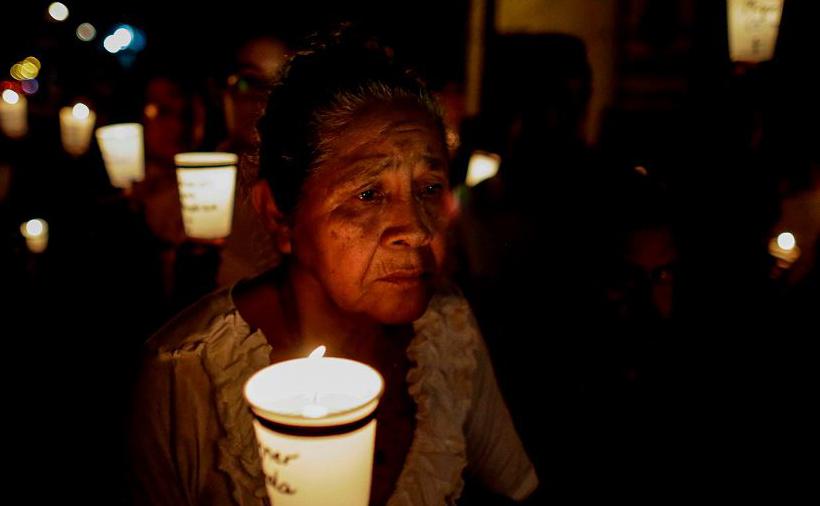 """Vigília """"El Silencio"""" na quinta-feira Santa, na Igreja de """"San Miguel"""", em Masaya, cerca de 30 km de Manágua, pelos mortos da brutal repressão das tropas do presidente Daniel Ortega que deixou 325 mortos, 800 na prisão e milhares no exílio."""