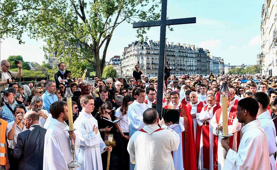 O arcebispo de Paris Michel Aupetit preside a cerimónia em torno da Catedral de Notre Dame  no centro de Paris, quatro dias após um incêndio que tomou conta da obra-prima gótica de  850 anos.