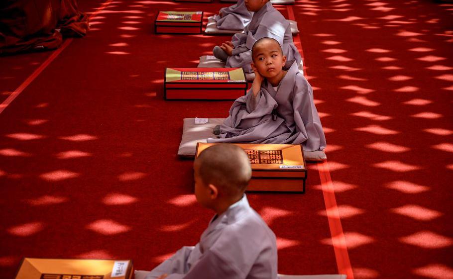 'Crianças tornando-se monges budistas', no templo Jogye em Seul. Após a cerimônia, as crianças permanecem no templo onde aprendem sobre o Budismo por duas semanas até o aniversário do Buda em 12 de maio.