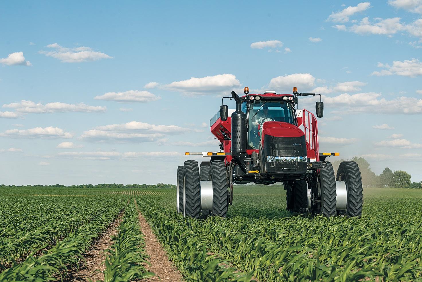 Máquinas gigantes ocupam o campo e reduzem gasto com mão-de-obra