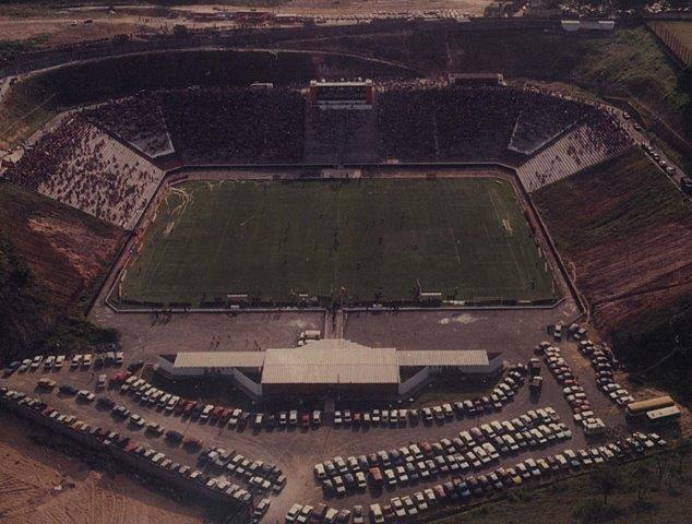 Vista áerea do Barradão em partida de 1991