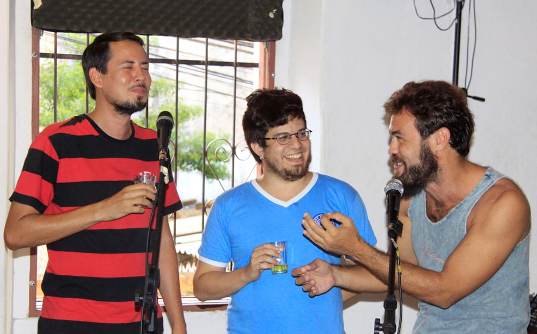 Os autores com Arthur Daltro, do Velho Espanha, no lançamento da coluna, em fevereiro