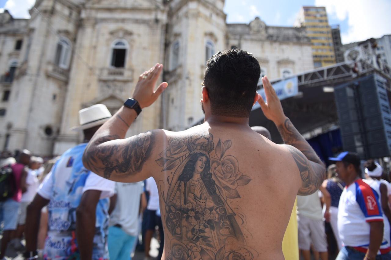 Fé na pele: Bruno homenageou a santa tatuando imagem nas costas