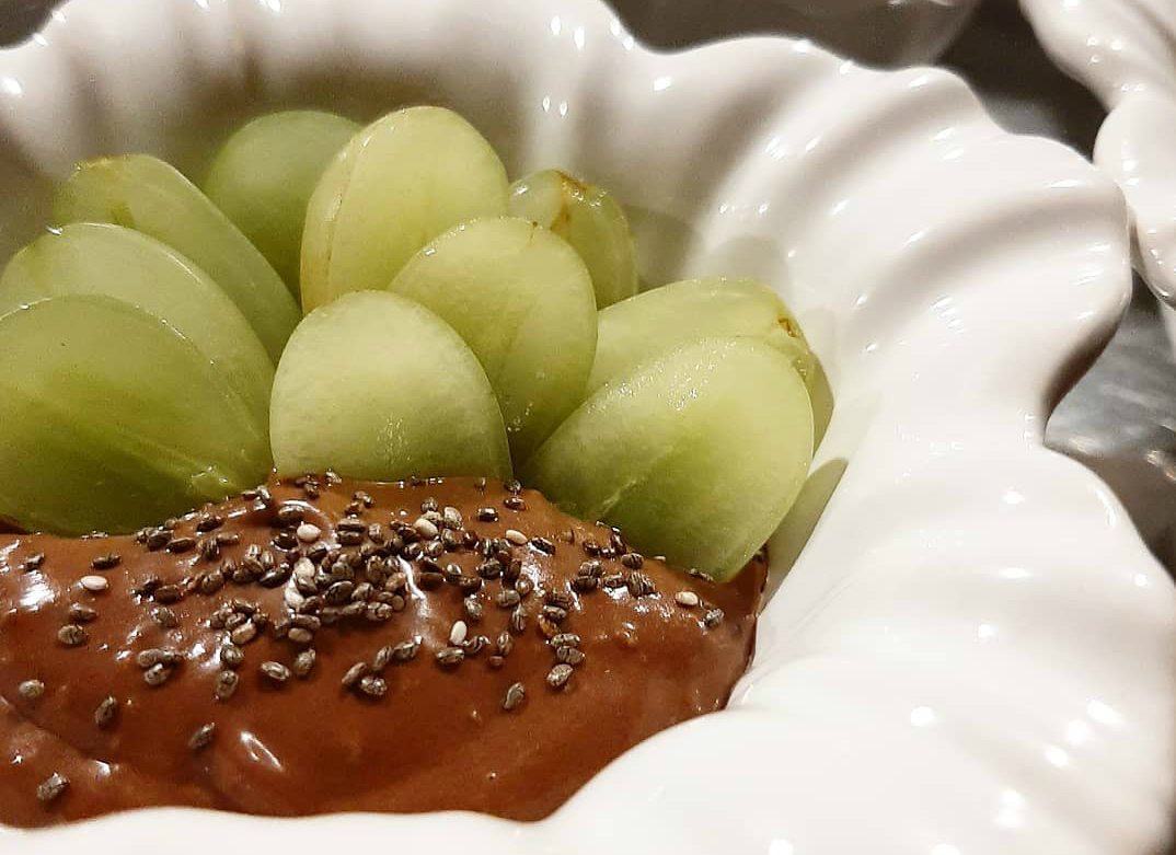 Pecadinho da Katita, com ganache de chocolate meio amargo e uvas verdes