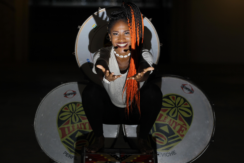 Jadiele de Oliveira Santos: 30, cantora, dançarina e locutora. Porque eu exalo o perfume de uma mulher negra e resistente. De Feira, do sertão, de uma terra quente para outra Salvador ainda mais quente @jadygirldiva