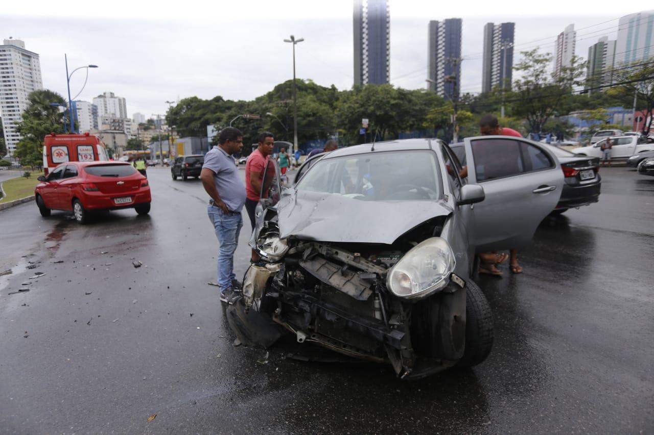 Carro teve a frente destruída após a batida