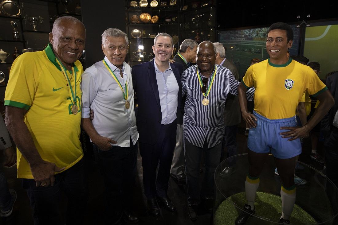 Dario, Clodoaldo, Rogério Caboclo e Edu ao lado da estátua de Pelé