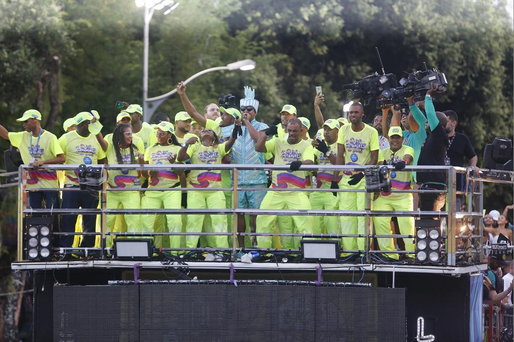Márcio Victor, do Psirico, canta ao lado de agentes de limpeza