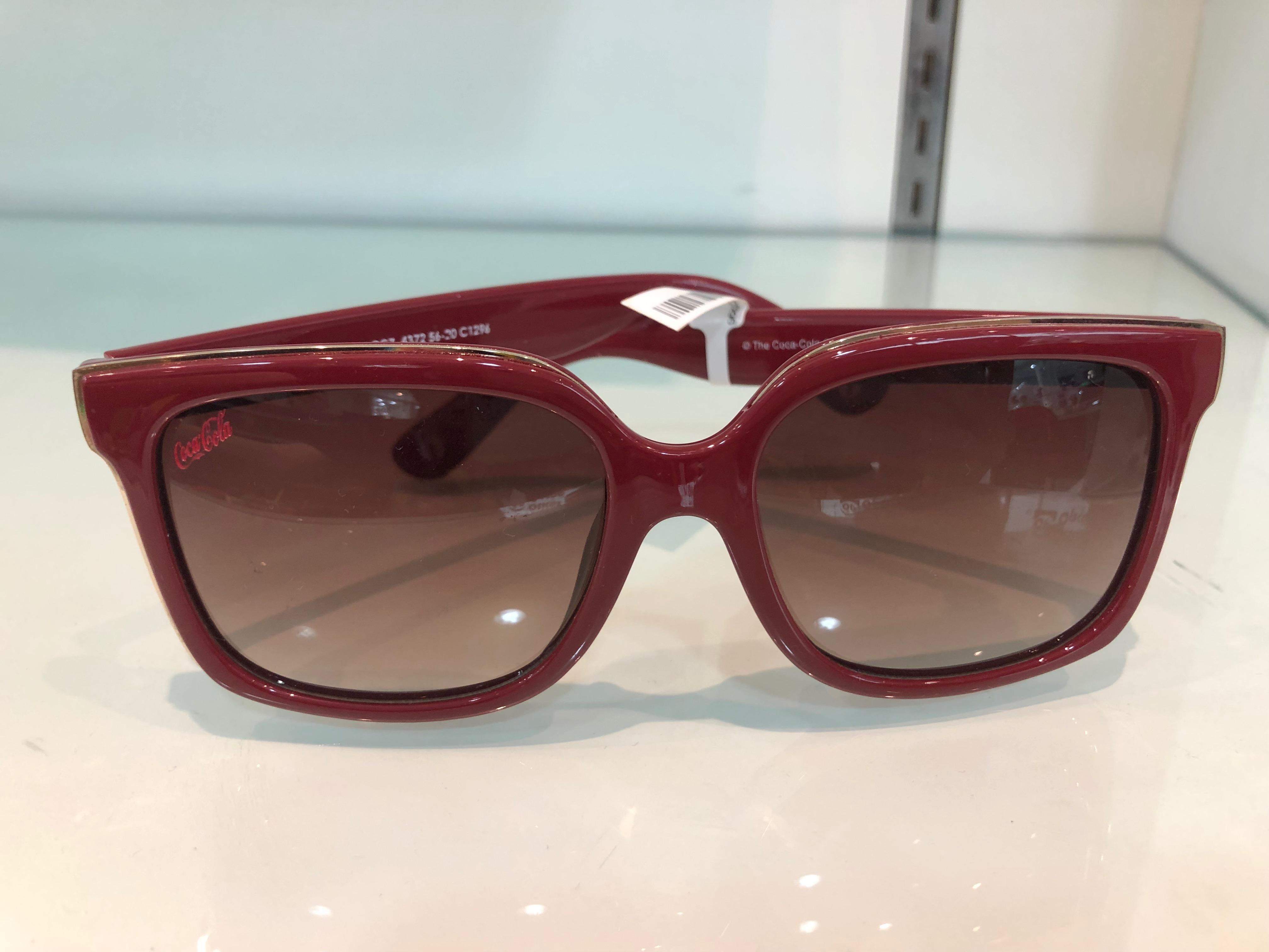Óculos de sol vermelho Coca-Cola (Óticas Opção - Shopping Bela Vista) de R$ 199 por R$ 100 (49,74%)