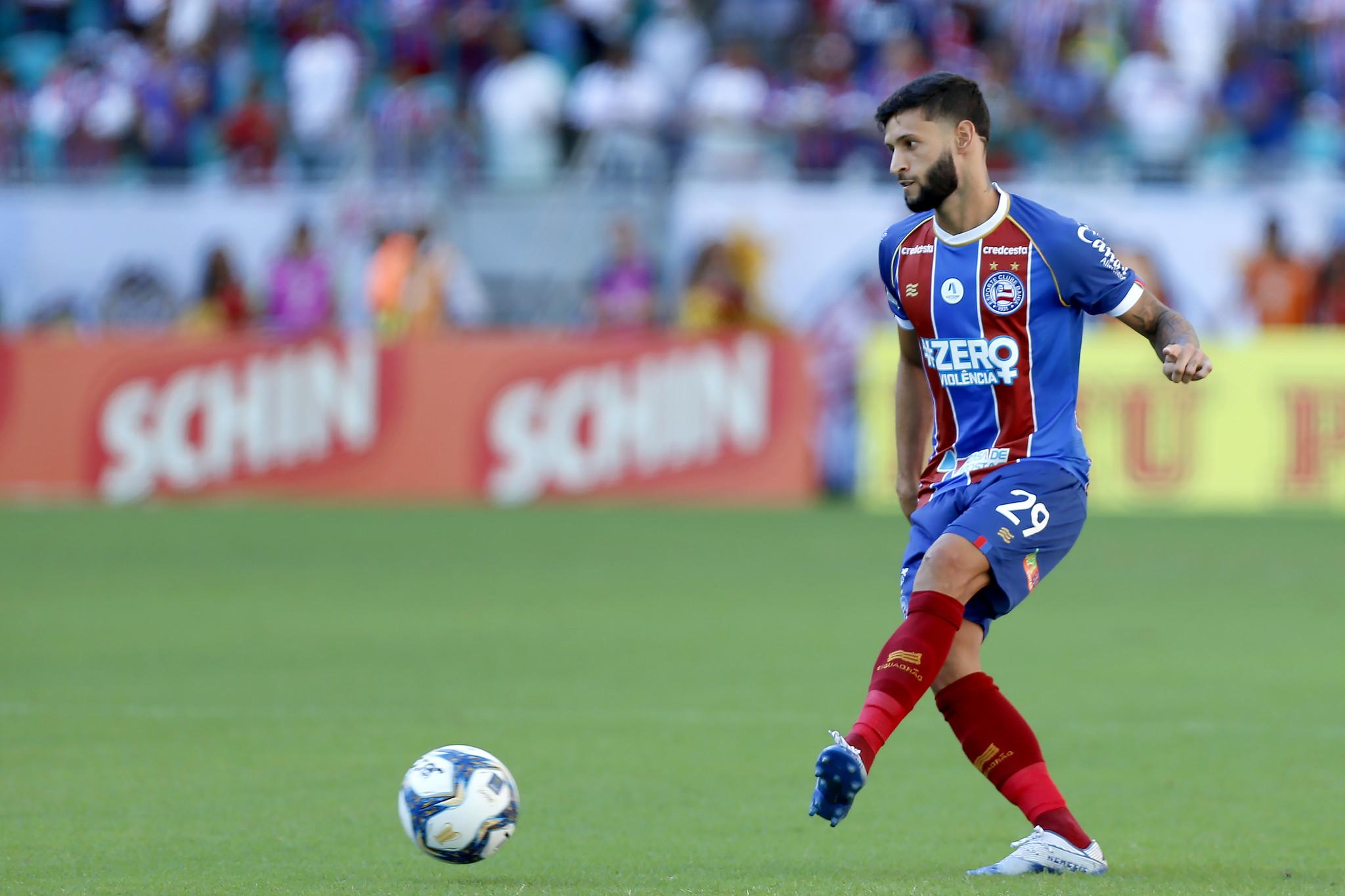 Lateral voltou a ser graçom no jogo do Bahia contra o Confiança. Foi dele o cruzamento que acabou em gol contra de Matheus Mancini