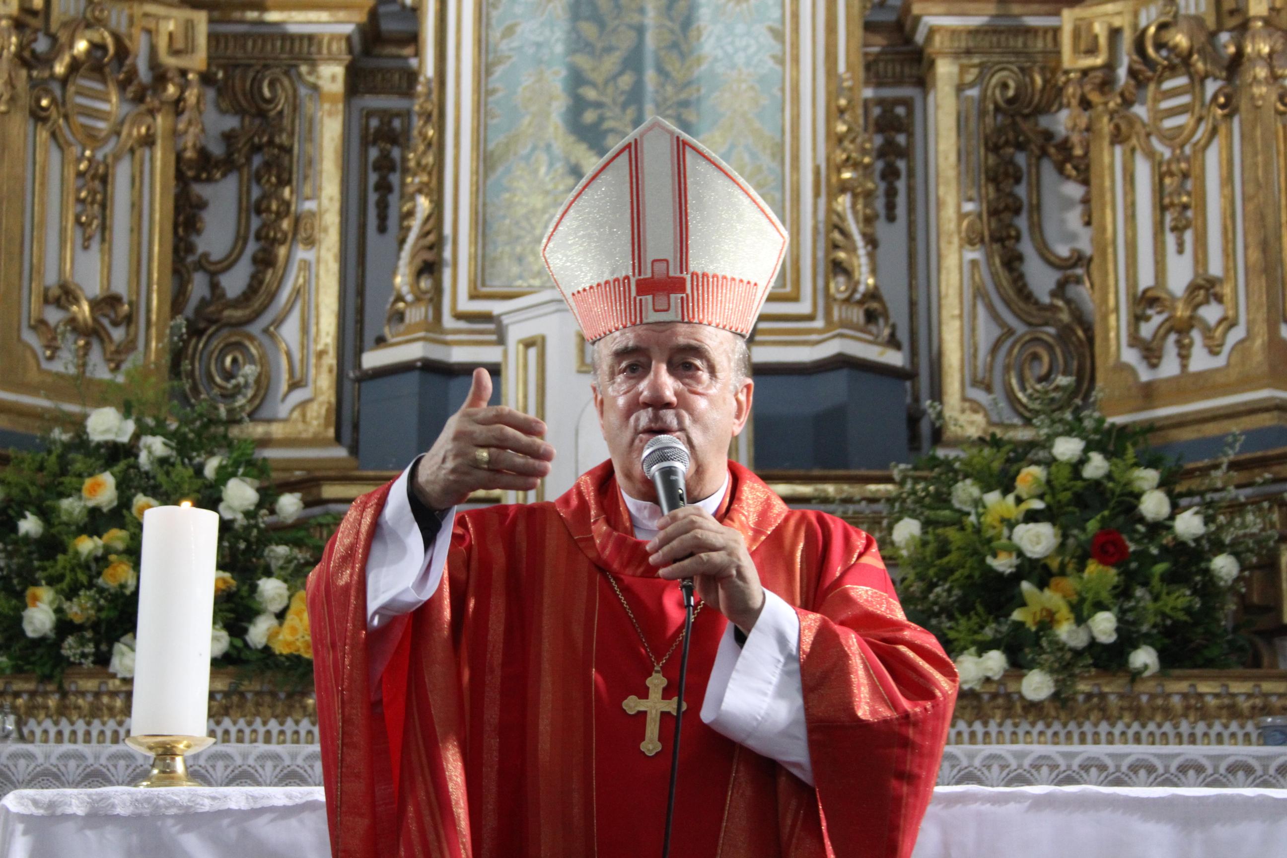 Dom Murilo celebra missa na Igreja de Santa Luzia em homenageando a santa protetora dos olhos, em 2012