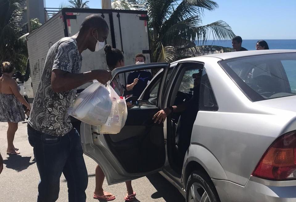 Grupo levou cestas básicas para ajudar vendedores da praia do Rio Vermelho