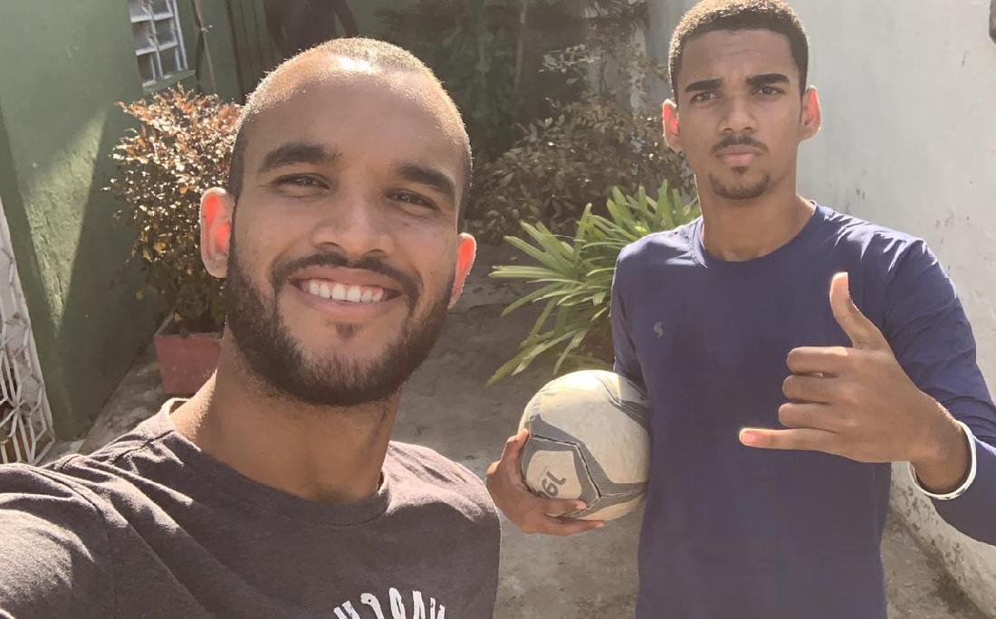 Em Recife, João Victor treina no quintal de casa na companhia do irmão José Ricardo