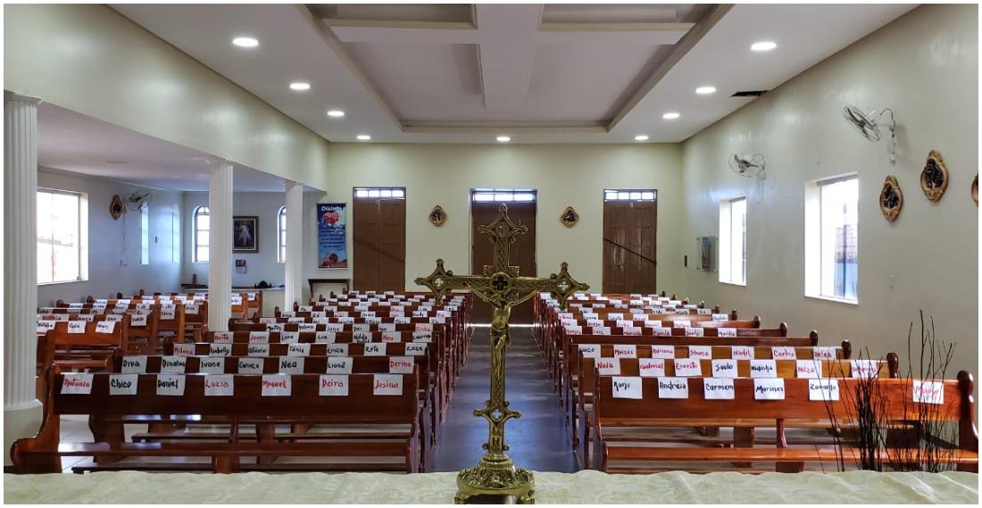 Padre Archimedes Neto colou os nomes dos fiéis nos bancos da igreja em Itamari