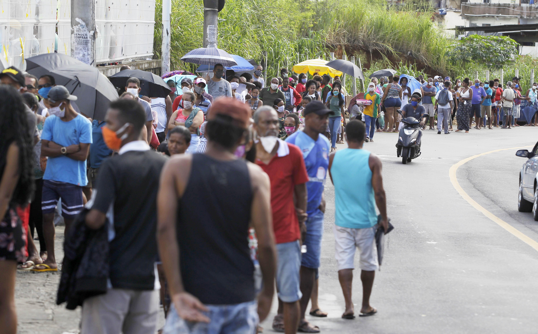 Uma multidão foi até a agência da Caixa Econômica Federal do Largo do Tanque nesta terça-feira (28).