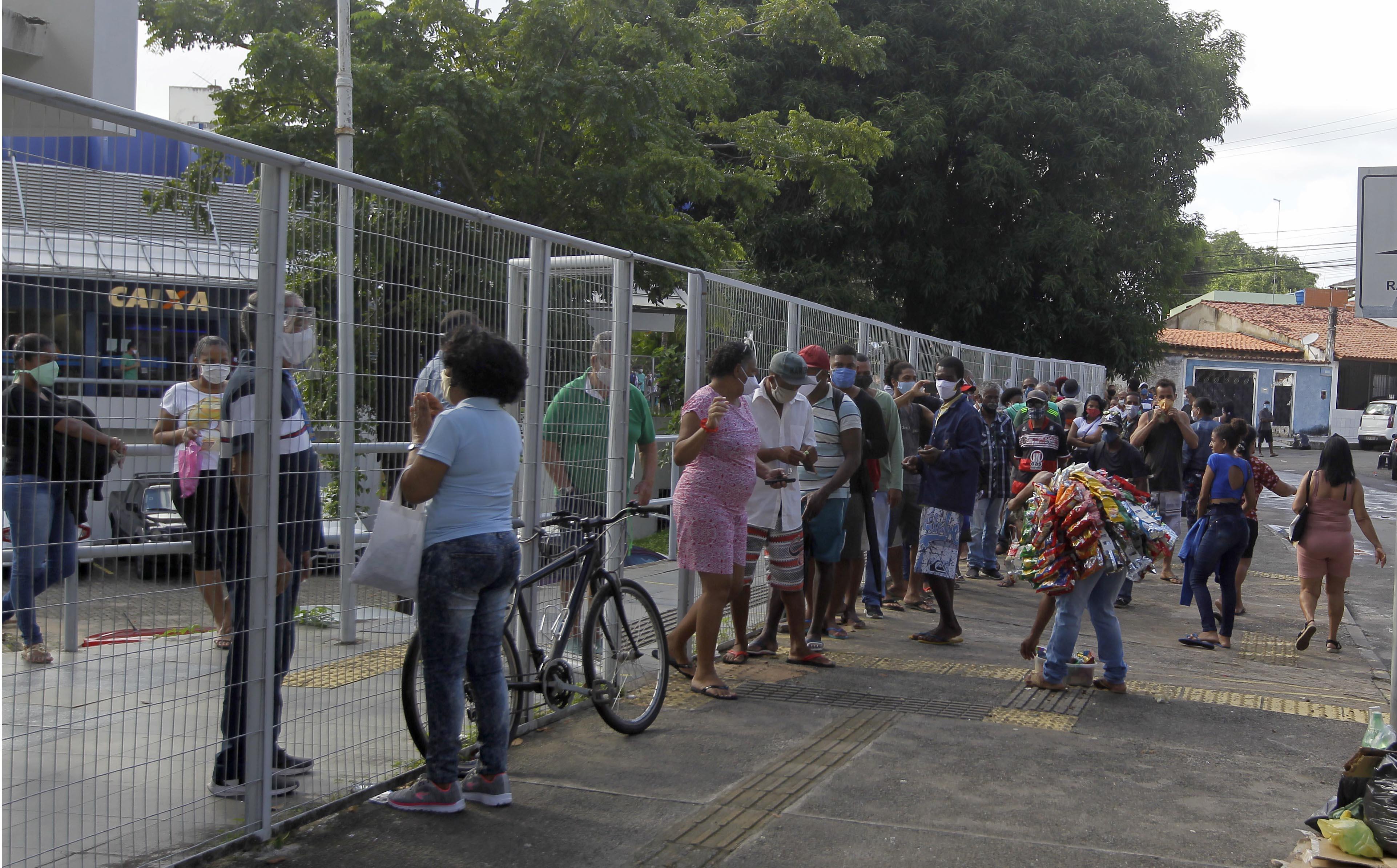As filas em frente as agências da Caixa continuavam longas na manhã desta terça-feira (5)