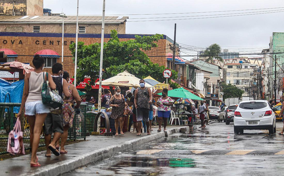 Grande movimento de pessoas no final de linha da Boca do Rio.