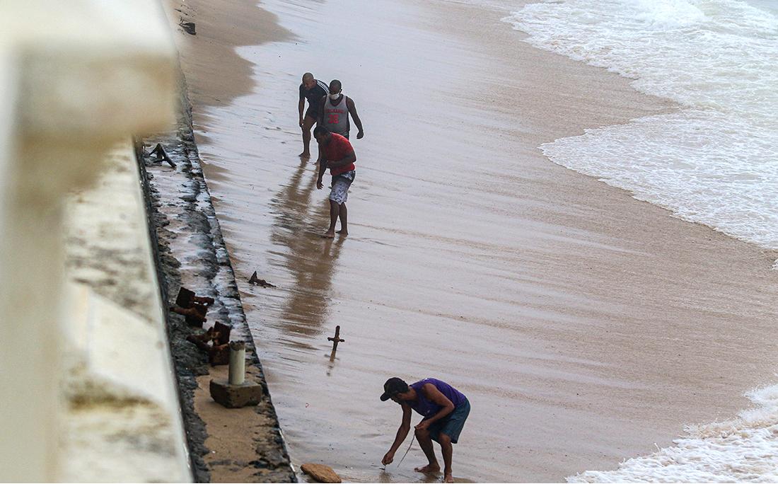 Um grupo furou a quarentena e as barreiras de interdição nas praias, e decidiu explorar os pertences devolvidos pelas ondas e que ficaram perdidos pela areia.