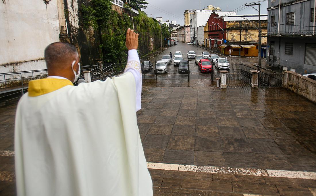 Por conta da pandemia do novo coronavírus e as orientações de isolamento social, algumas igrejas têm adotado o sistema de 'drive-in', no qual os fiéis acompanham as celebrações sem sair dos carros. Paróquia Nossa Senhora do Pilar.