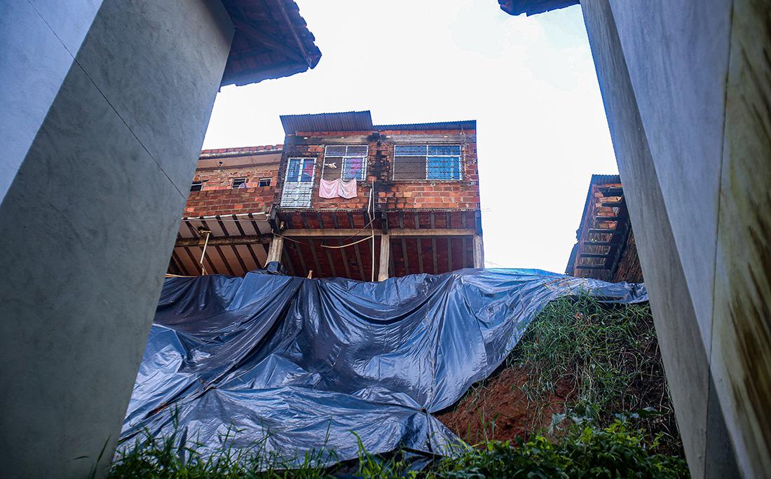 Terreno cedeu e atingiu apartamentos em Cajazeiras VIII.