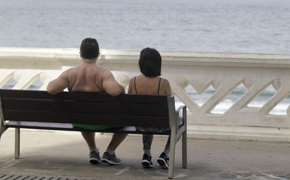 Casal admira o mar da Barra.